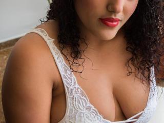 Webcam model ElianaRossas from XLoveCam